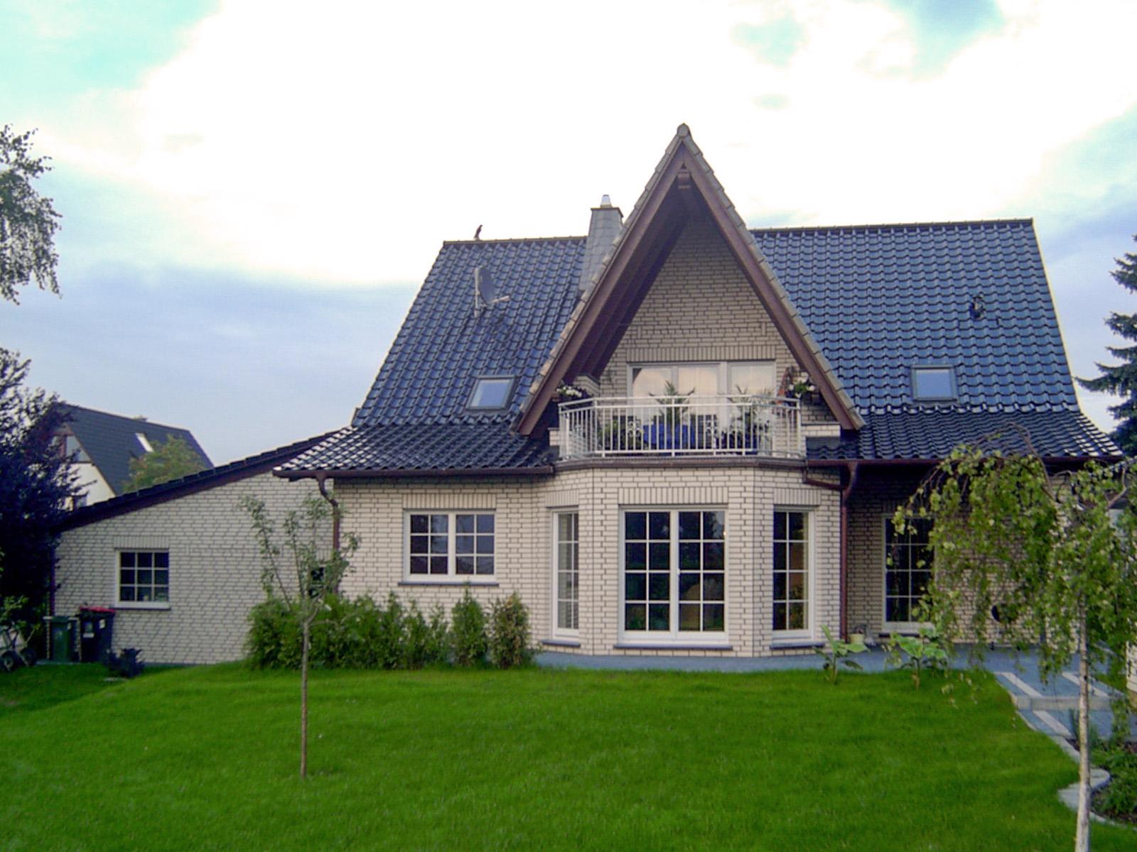 2 Familienwohnhaus mit Friesengiebel-Erker und Balkon